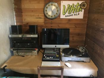 Vihta-radion studiona toimii 3 m2 saunan pukuhuone ja Vihta-radio onkin Suomen pienin paikallisradio.