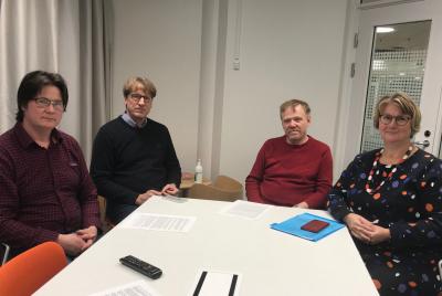 OP Alavus ja MTK:n Alavuden ja Töysän yhdistykset investoivat tulevaisuuteen sponsoroimalla biokaasuselvitystä. Kuvassa vasemmalta oikealle: Sami Pennala MTK:n Töysän yhdistyksestä, Jussi Ruuhela Alavuden Seudun Osuuspankista, Jari Sippola MTK:n Alavuden yhdistyksestä ja Ulla Koivisto Alavuden Kehitys Oy:stä.